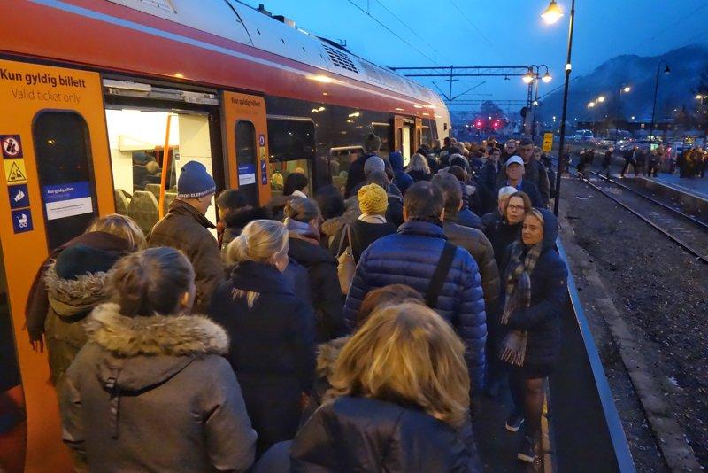 Mann død etter togpåkjørsel på Hokksund stasjon 1