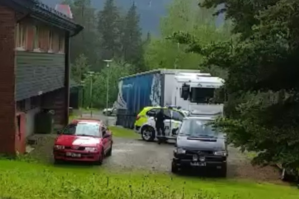 Rollag: Pågrepet med litauisk semitrailer lastet med stjålne Teslaer 3
