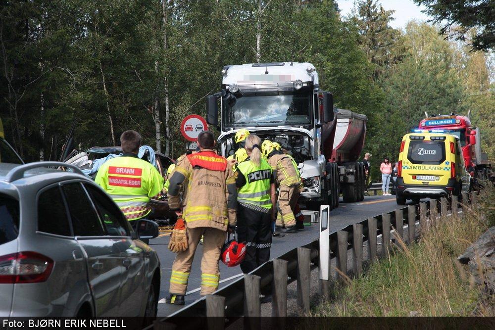 Personbil frontkolliderte mot lastebil: En mann bekreftet omkommet ved Kverk 2
