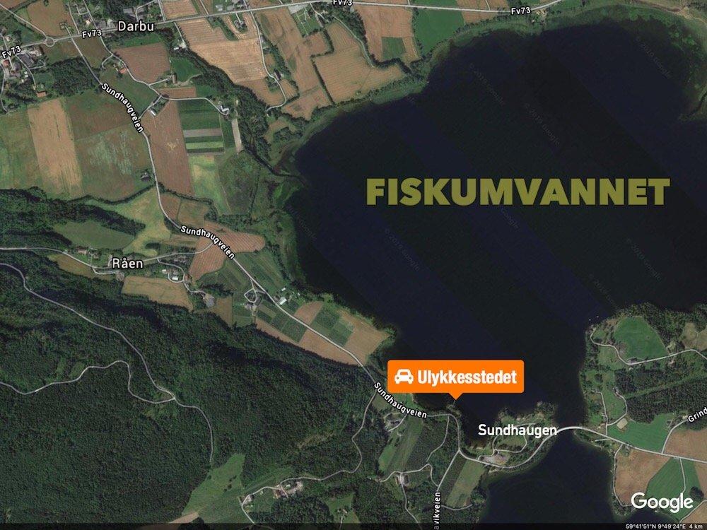 Fiskum: Bil med tilhenger kjørte av veien og stoppet i vannkanten 2